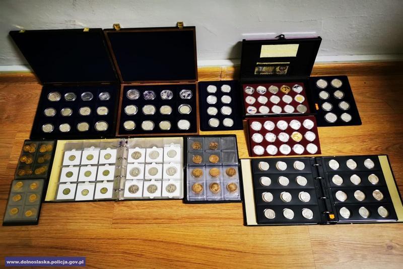 Policjanci odzyskali ponad 450 monet kolekcjonerskich igotówkę wróżnych walutach