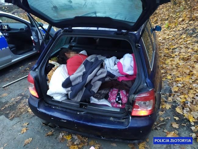 Kierujący bez uprawnień przewoził samochodem osobowym aż 7 osób, wtym jedną znich wbagażniku
