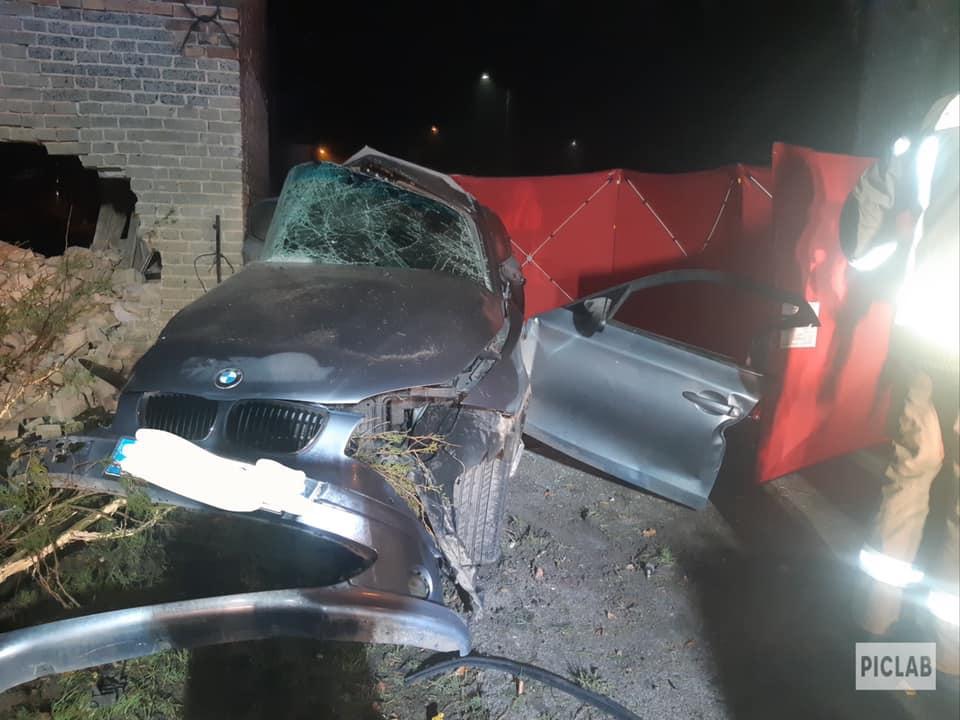 Tragiczny wypadek wJanuszkowicach. BMW wbiło się wbudynek