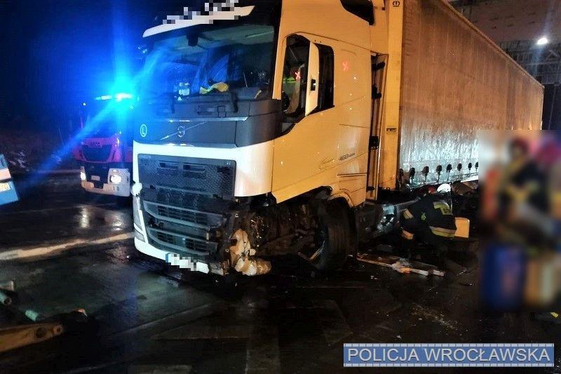 Pojazdem ciężarowym wjechał wpunkt poboru opłat na autostradzie